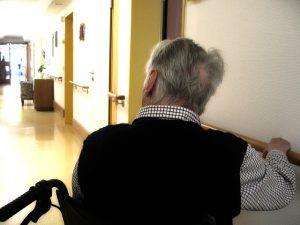 En äldre man med rullator